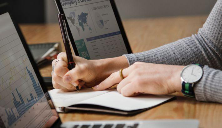 analysis-banking-businesswoman-1451448_1420x821_bijgeknipt