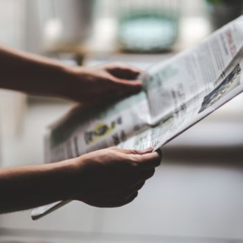 man-reading-newspaper-6053_700x700_bijgeknipt